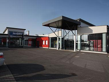 Geschäftsgebäude Majdic Ansicht Eingänge