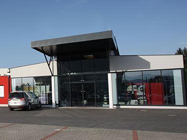 Geschäftsgebäude Majdic Ansicht Schiebetür mit Überdachung